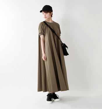 こちらも1枚で決まるワンピースです。ふんわり広がるAラインなので想像よりずっと風通しがよく、袖のふんわり感やプリーツが女性らしいワンピースなので小物を変えればきれいめな雰囲気でも着用できます。