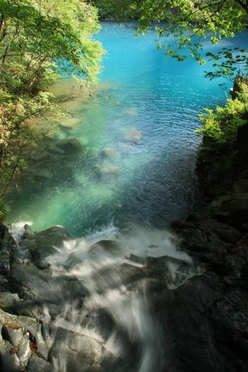 「桃太郎の滝」の上の部分もブルーです。心が洗われるような水の流れに癒されますね。
