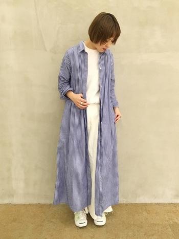 羽織にもなるシャツワンピースは、夏にも重宝します。ボタンを締めてワンピースにしても可愛いですよね。ウエストマークして、ヒールをあわせ、きれいめに着るのも素敵です。