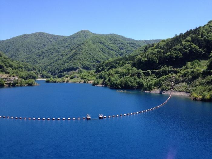「四万ブルー」といえば「奥四万湖」が一番のビュースポットです。コバルトブルーに煌めく美しい湖ですね。