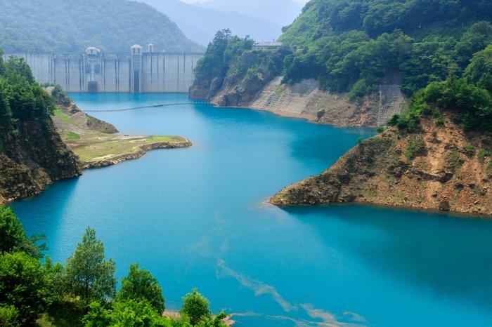 """「四万ブルー」も、季節や天候によって""""青""""の色が様々変化するのも魅力です。こちらは、幻想的なターコイズブルーでしょうか?"""