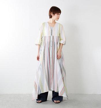 1枚で着ても、羽織りとして着てもオシャレ感満載の一着です。カラフルな色味が鮮やかで夏にピッタリ。厚底サンダルやヒールのある靴とも相性抜群ですし、ちょっと派手なピアスをつけても可愛くなりますよ。
