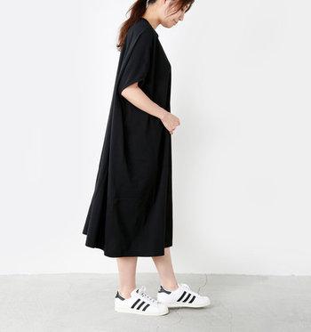 1枚ですとんと着れて、ふんわりとしたデザインが風を通す夏向けワンピース。ドルマンスリーブの袖が、腕を華奢に見せてくれる効果も。シンプルなデザインなので思いきり小物で遊べる一着です。