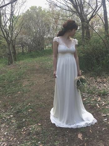 すとんと抜け感のあるスカート部分が特徴的な胸下切り替えデザインのドレス。アンティークな世界観がお好きな方にピッタリ。ドライフラワーなどで自分らしいスパイスを加えても◎。