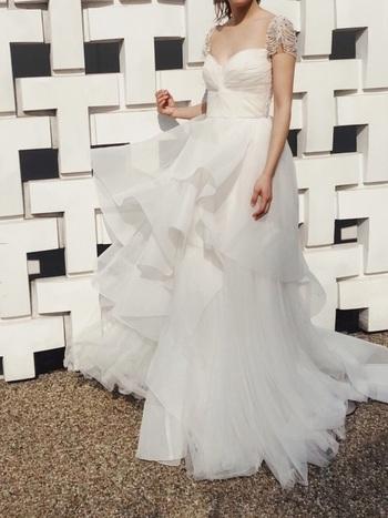 クラシカルでデザイン性の高い袖や、ランダムなボリューム裾が魅力的なデザイン。「ありそうでなかった!」という声が聞こえてきそうな、可愛くも大人っぽくもなれるドレス。