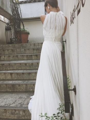 背中のシースルー感と、縦に並んだくるみボタンのデザインが素敵な、プリーツタイプのドレス。ウエスト部分に入った切り替えベルトもまた素敵で、とてもスタイルが良く見えますよ。自然体のままスタイルアップしたい方におすすめのドレスです。