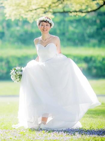 シンプルな「The・ウェディングドレス」といったデザイン。これにはお好きな花冠や、お母さんから譲り受けた真珠で思い出いっぱいに。王道ドレスにスニーカーを外しアイテムとして合わせて自分らしさをアピールするのもNICE!