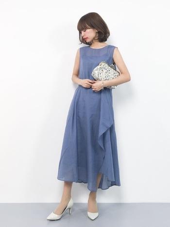 綺麗なダークブルーのドレスには、ドレスの色を引き立たせるためにバッグと靴は白をチョイス。落ち着きと華やかさの程よい塩梅が絶妙です。