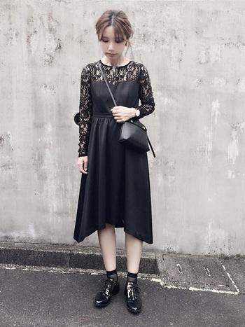 合わせる小物は普段使いでもレーシィな「Theお呼ばれドレス」に合わせれば印象は激変。お気に入りのショルダーに、透け感のあるソックスとローヒールのシューズを合わせてカジュアルなぬけ感をON。