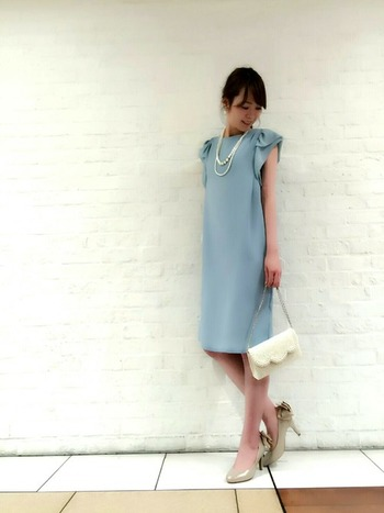 正統派なコーデがお好みという方は、こんな綺麗色ドレスを選ぶのはいかがでしょうか?バッグに白を、足元にシャンパンゴールドの華やぎカラーを入れることで、マンネリコーデを脱出できます。