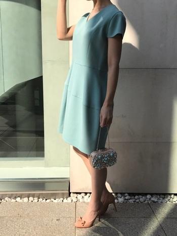 シルエットの綺麗なドレスには、個性的なバッグを合わせて。足元はあえて違う、相性のいいベージュカラーを。品も良く、個性を感じるコーデに。