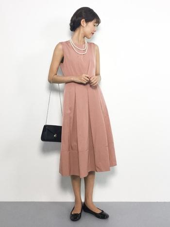 肌馴染みの良いピンクのドレスは、小物を黒で引き締めて、あえてフラットシューズを選び普段の自分らしさも出しつつ、全体の雰囲気はよそゆきに。耳元・首元のアクセサリーはパールで華やかさをON