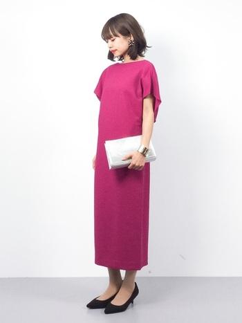 つい着るのを避けてしまいがちなピンク系のドレス。実は靴を黒にしたり、ヘアスタイルもダウンスタイルにすれば、とっても上品で素敵な印象になります。写真のようなシルバーのバングルを付けてモードな雰囲気をプラスしてもいいですね!