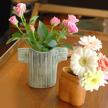 左が「セーター」、右が「スカート」、ワードローブシリーズでも、違う種類の花瓶を組み合わせても素敵です。また、花瓶そのものがオブジェのようなデザインなので、お花を生けない時でも、ディスプレイとして楽しめます。