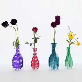 グラフィックデザインや広告の製作、プロダクトデザインを手掛けるD-BROS(ディーブロス)の花瓶は、一風変わった佇まいが特徴的。平らのビニールパックに水を入れると、美しい3Dの花瓶に大変身!水を入れた時に出来る光の屈折がとても美しい花瓶です。使わない時には、薄く畳んでおくことが出来るので、収納に便利。何よりも、割れる心配が無いというのも嬉しい魅力です。