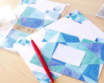 幾何学模様が好きな理数系のお父さんにオススメのレターセット。とはいえ、ブルー、グリーン、パープルの色合いが織りなす温かみを失わないクールなデザインは、すべてのお父さんに喜ばれそう!