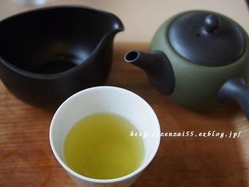 サロンではお茶を急須で淹れる体験ができますよ。丁寧なレクチャーのもと自分で淹れたお茶は格別の味わい。厳選した茶葉を使用しているので、深みのあるまろやかな口当たりです。玉露や煎茶の他、ほうじ茶も楽しめます。  また店内で使用している湯飲みは、手になじむ波佐見焼。食器や器にもこだわりが垣間見えます。