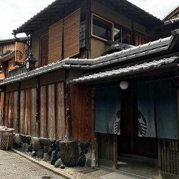 清水寺や高台寺に近い京都二寧坂。古い京都の町並みが残る一角に、あのお馴染みの「スターバックスコーヒー」が2017年6月末にオープン。  京都二寧坂ヤサカ店は築100年を超える町家の佇まいをそのまま活かして作られたお店。入口にはセイレーンのロゴが描かれた藍染の暖簾がかかっています。