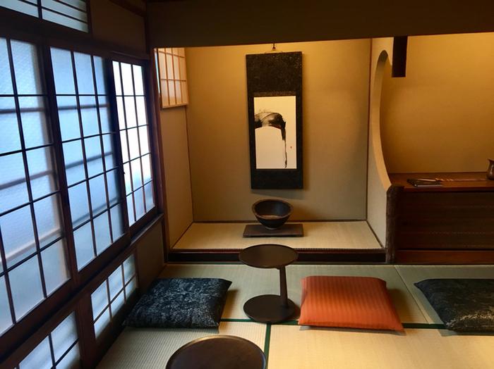 2階に上がると座敷が3部屋あります。こちらは「奥の座敷」。畳座敷と座布団、掛け軸が日本のおもてなしの心をカタチにした空間に。靴を脱いでくつろげます。  掛け軸は「滝」と名づけられた作品。ドリップされたコーヒーがカップに注がれる滴と清水寺の音羽の滝の流れになぞらえているそう。いつものコーヒーも特別なドリンクになったような不思議な気分になりますね。