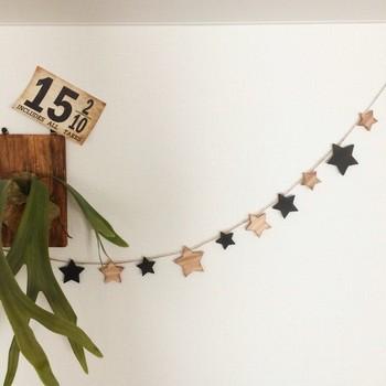 大小のお星さまが連なるガーランド。木目調がお部屋に温もりをあたえてくれます。お気に入りのポスターや写真とコラボレーションしてもいいですね。