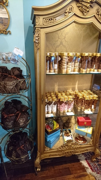 まるで中世のプリンセスのお部屋にありそうな猫足の棚にチョコレート菓子が飾られています。  オーナーのマリベル氏は内装にも徹底的にこだわり、アンティークの家具も自らチョイスしているのだそう。どこを見渡しても隙がなく、女子なら誰しもキュンとなる、思わず唸る可愛さです。