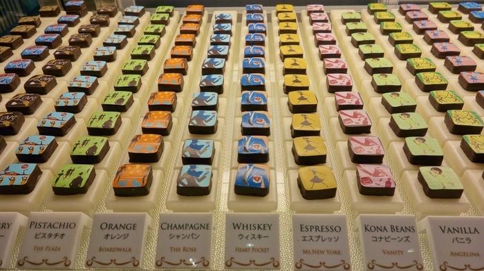 「マリベル」の代表的なチョコレートと言えば、この「SIGNATURE ART GANACHE」。NYらしいポップなイラストがお洒落なチョコは約30種類のフレーバーがあり、そのひとつひとつに込められたメッセージや物語があります。  イラストはマリベル氏の夫がデザインし、マリべル氏本人によるポエムの冊子が添えられているんです。冊子を見ながら味わうのも楽しいですよ。