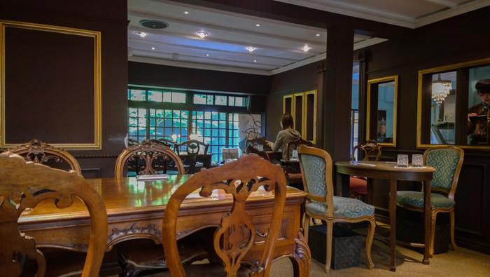 ショップ横にはカフェスペースが。大理石のテーブルや猫足のものを中心にセレクトしたアンティーク家具が置かれ、伝統あるフレンチとニューヨークの新しさをミックスした上質で大人の空間になっています。