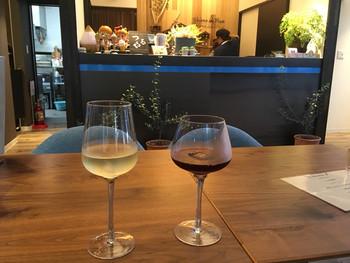 併設のカフェで、ワインなどのウエルカムドリンクのサービスもあり、リフレッシュには最適。
