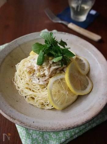すっきりといただけるオイル系の鶏塩レモンパスタです。細めのカッペリーニがよく合うパスタですが、そうめんで代用することもできるので、夏の終わりまで大活躍できるレシピです。