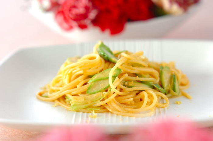 実は練りウニはレモンによく合う食材です。まったりとしたウニと爽やかなレモン、そしてアクセントにアスパラをもってくると大人のためのパスタが完成します。