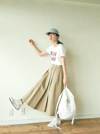 存在感のロゴTシャツとトレンチスカートの組み合わせが今風で可愛いコーデですね。ロゴTの赤とベージュがクラシカルな雰囲気なので、小物はメンズライクでも女の子らしい印象に。