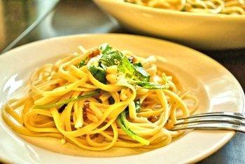 ルッコラはとても食べやすい葉物野菜で、いろいろなパスタのお味を引き立ててくれる便利食材です。くるみをローストすると香りと食感がアップします。