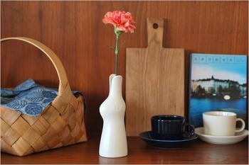 陶芸、ファブリック、版画などの分野において活躍するアーティスト鹿児島 睦(かごしま まこと)氏が手掛けた花瓶。動物や植物をモチーフにした彼ならではの作品は、「ウサギ」の花瓶。一見すると、ウサギのオブジェのようにも見えますが、ピーンと伸びた耳が左右に開いていて、その間にお花を生けることが出来ます。