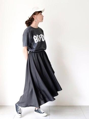 ジーパンやチノパンに合わせたら確実にメンズライクなTシャツは、女の子らしいスカートと合わせるのがベスト。揺れが出るスカートを合わせればキャップやスニーカーを履いても女の子らしい印象をキープできます。