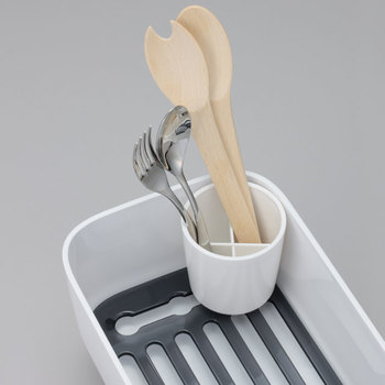 箸などが倒れにくい便利な仕切り板付きのカトラリースタンド付きです。