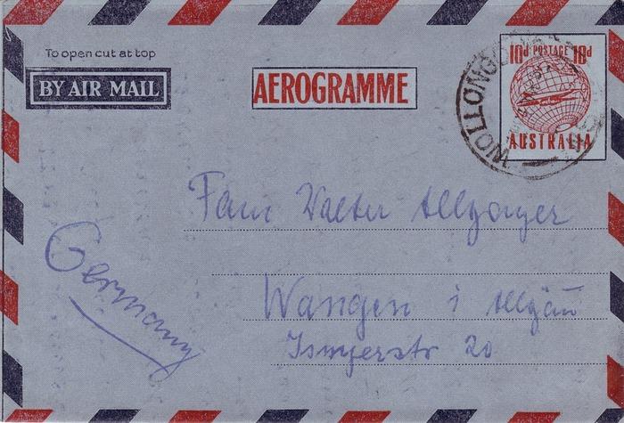 青と赤の縞柄のこの封筒は国際郵便用の封筒です。