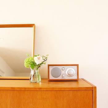 ナチュラルテイストの家具には、やわらかな白やグリーンといった淡い色味のお花がよく似合います。丈を短めにカットすると、こぢんまりと空間をまとめることができます。
