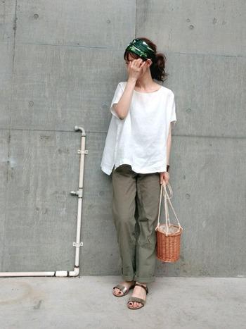 白無地のビックTは、着こなしによってはだらしなく見えてしまうこともありますが、アップヘアや派手色ネイルなどで女性らしさをアピールすれば、大人の女性のお休みコーデの完成。バケツ型のかごバッグは今年も思う存分使ってしまいましょう!