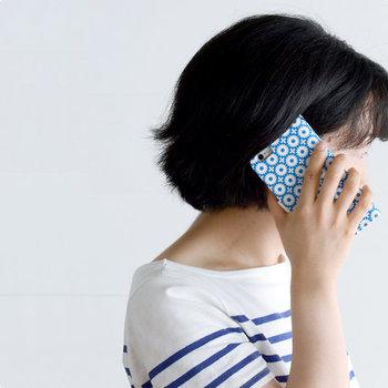手帳型ケースは、マグネット式の留め具を開くとICカードや回数券、チケットなどを入れられるポケットが3つ付いていて何かと便利◎。また、うっかり携帯を落としてしまっても手帳型ケースなら傷や衝撃から守ってくれます。  ついつい周りの人に自慢したくなるような、オシャレで機能的なケースをお母さんにぜひ♪