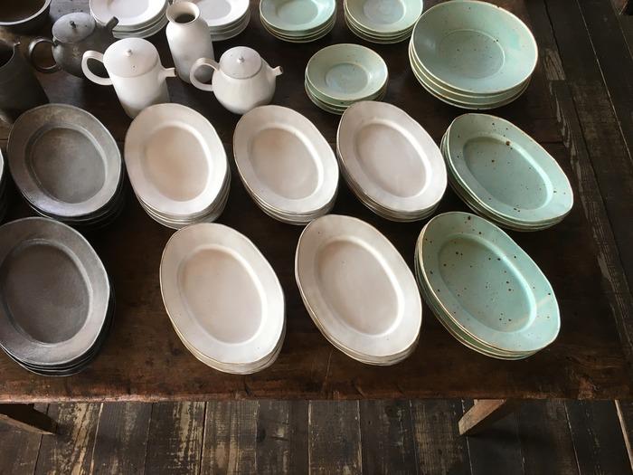 一期一会を大切にしている「moln」では、その時によって、作家さんの器展だったり、ポップアップショップ、イベント等が開催されています。こちらの画像は陶芸家アセビマコトさんの器展。何を乗せても絵になる素敵な色合いと温かみのあるお皿が並びます。