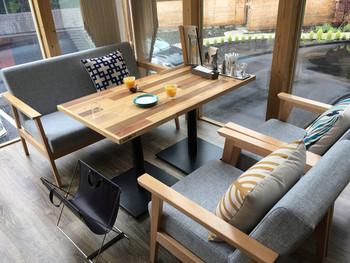 木を多用した明るい店内は、朝食・ランチ・カフェ・ディナーと様々な時間に利用できます。