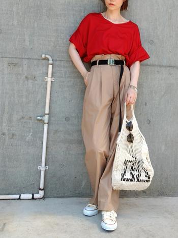 赤のTシャツとベージュのパンツが好相性。黒のベルトを使うことで締め色となり上手にスタイルアップしていますね。全体的にぼやーっとした印象になってしまったときには、この方法を試してみてくださいね。
