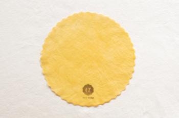やわらかな黄色がかわいいみつろう色。岐阜県で採取されたみつろうを使用しているそうです。