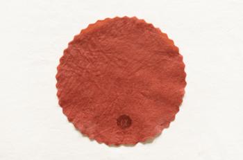 蘇芳色(すおういろ)とは黒味を帯びた赤色のこと。蘇芳とは染料となる植物の名前だそうです。