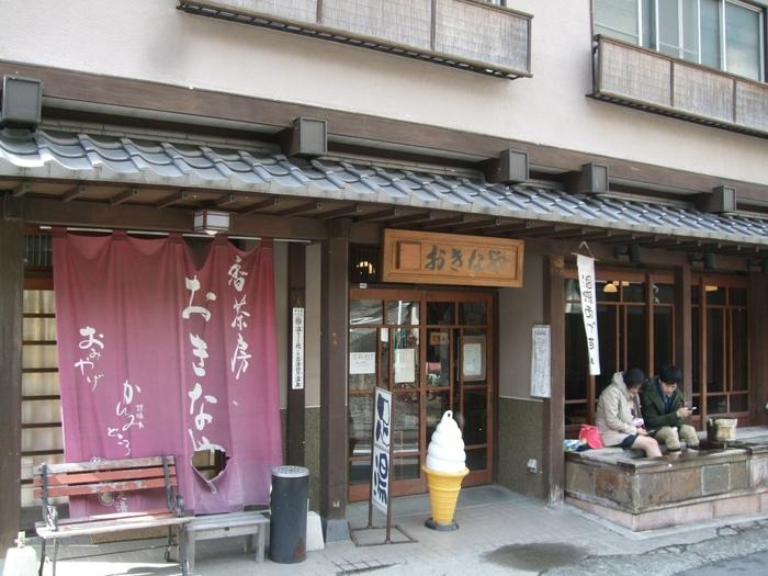 お店の前に足湯があるゆったりとした空気が流れるレトロなカフェです。