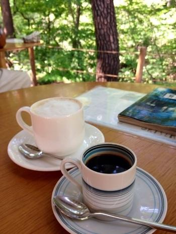 心地よい川のせせらぎも聞こえ、森の中でのカフェタイムを過ごせます。豊かな自然の中でゆったりとくつろぐ至福の時間です。