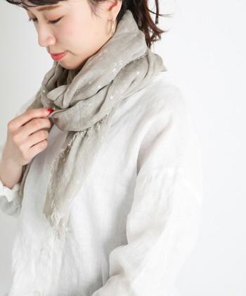 淡いグレー地にさりげなくラメがあしらわれた一枚。ナチュラルな装いにさりげなく華やかさをプラスしてくれます。シルクのような優しい肌触りもうれしい。伸縮性があり保温性にも優れた素材を使っていて、巻き心地も快適です。