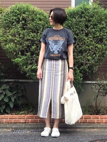 ハードな柄もTシャツなら、身近なコーデに早変わり!あえて柄物のスカート合わせることで、大人っぽさを残しつつ女性らしいスタイルへチェンジ。