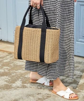 どんなスタイルにも合わせやすいシンプルなスクエア型かごバッグ。使いやすい絶妙なサイズで、肩にかけて使えるように持ち手の長さにまでこだわってつくられています。キャンバストートバッグのようなテープハンドルデザインもカジュアル感があって◎