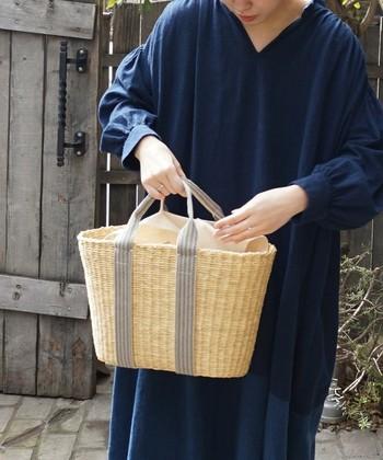 ナチュラルさの中にどこか洗練された雰囲気も漂うかごバッグ。ショルダーバッグとしても使える便利な2wayバッグです。コットンの内袋は取り外し可能。内袋とかごバッグ、それぞれ別々に使うこともできます。ややマチのあるデイリー使いにぴったりのサイズ感です。